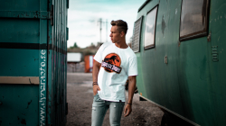 T-shirt, un incontournable du dressing : comment bien le porter