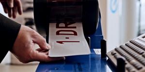 Pourquoi choisir une plaque d'immatriculation en plexiglas?